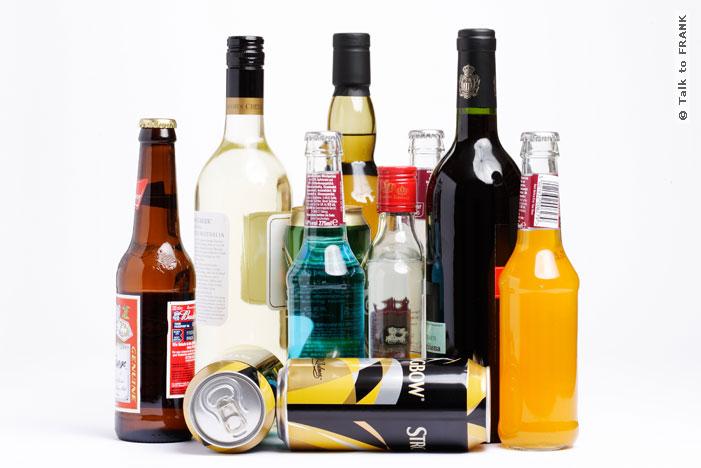 Cách làm sạch túi xách nam bị mốc với rượu