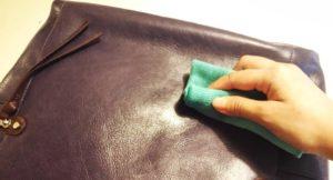 cách làm sạch túi xách nam bị mốc
