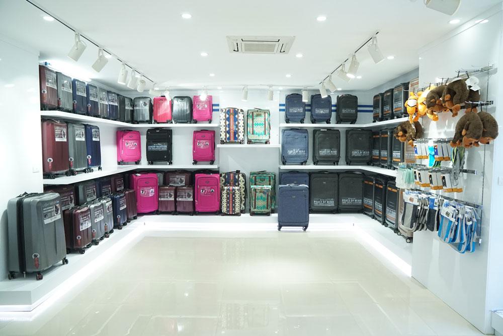 Nơi bán túi xách nam hàng hiệu cần có không gian rộng rãi