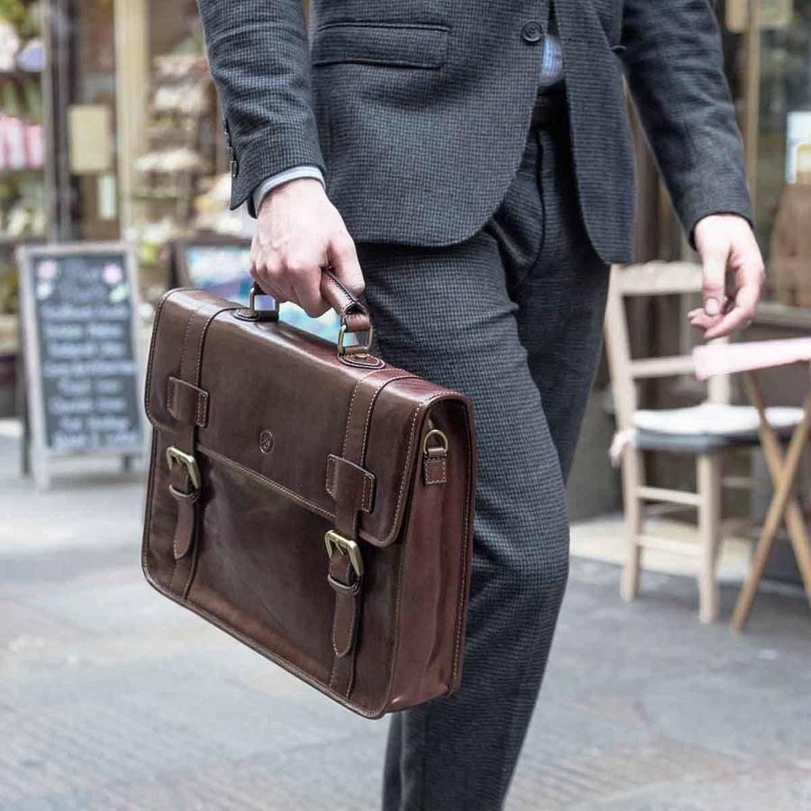 Lựa chọn size túi xách nam hợp với người có ngoại hình quá khổ