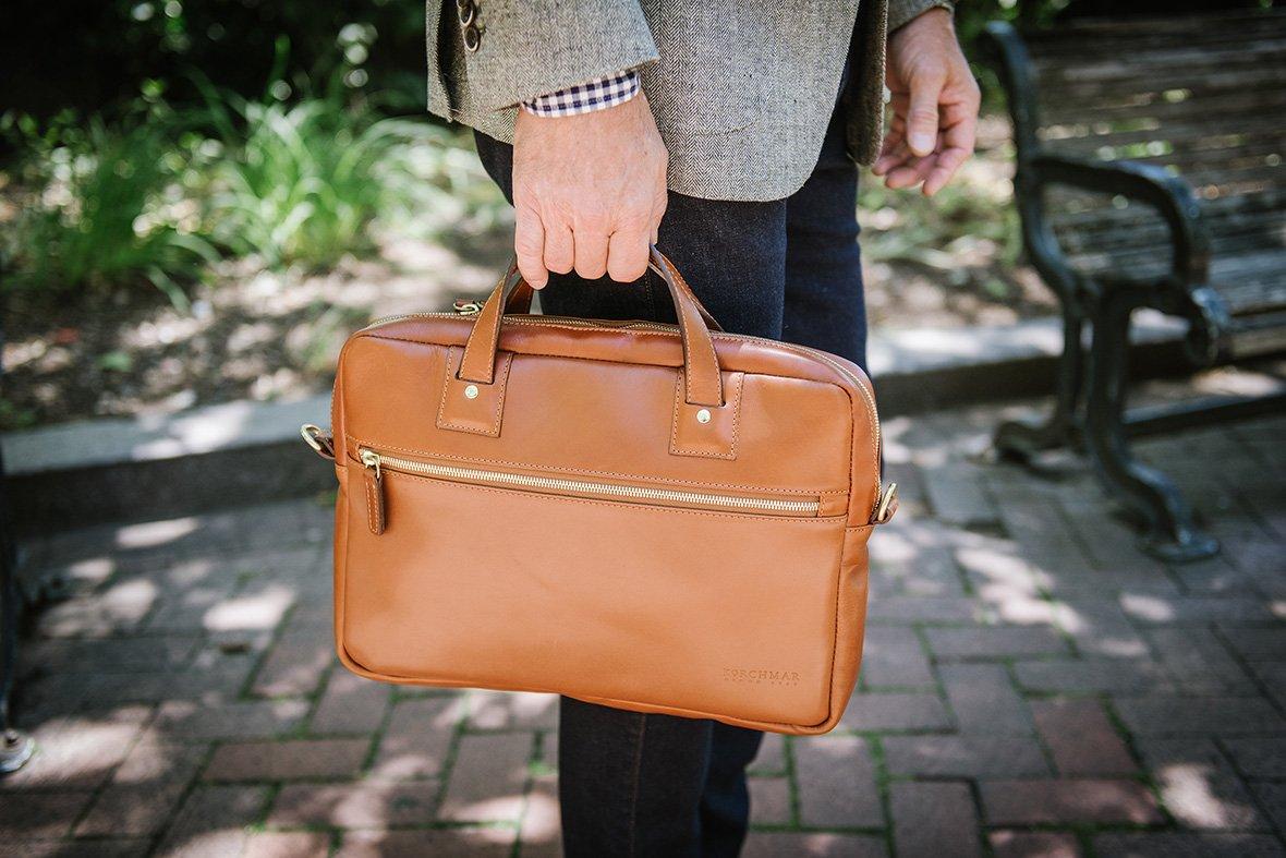 Việc kiểm tra cẩn thận chiếc túi xách sẽ giúp giảm thiểu hư hỏng trong quá trình sử dụng