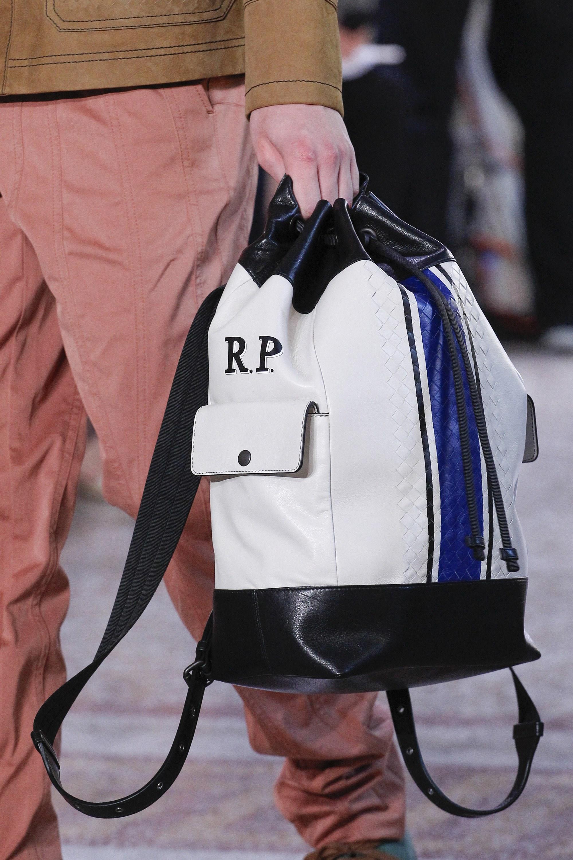 Những chiếc túi xách có màu sắc tươi sáng là lựa chọn cho người có ngoại hình cao