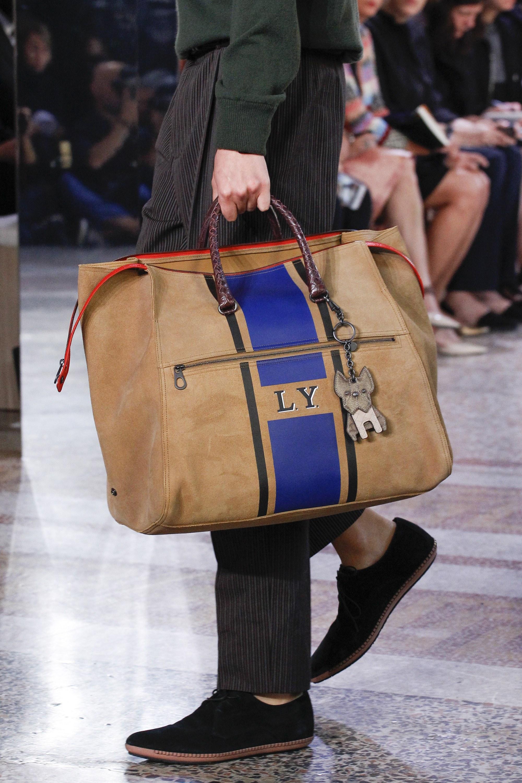 Những chiếc túi xách màu nâu đất hẳn là lựa chọn lý tưởng cho người mệnh Mộc