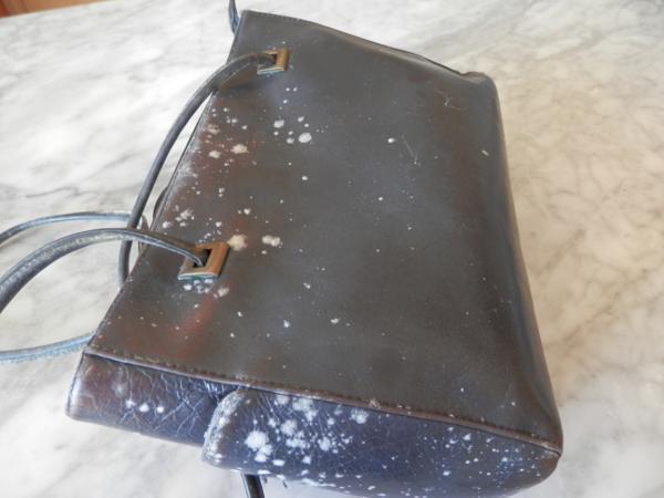 Túi xách bị nấm mốc do thời tiết ẩm thấp