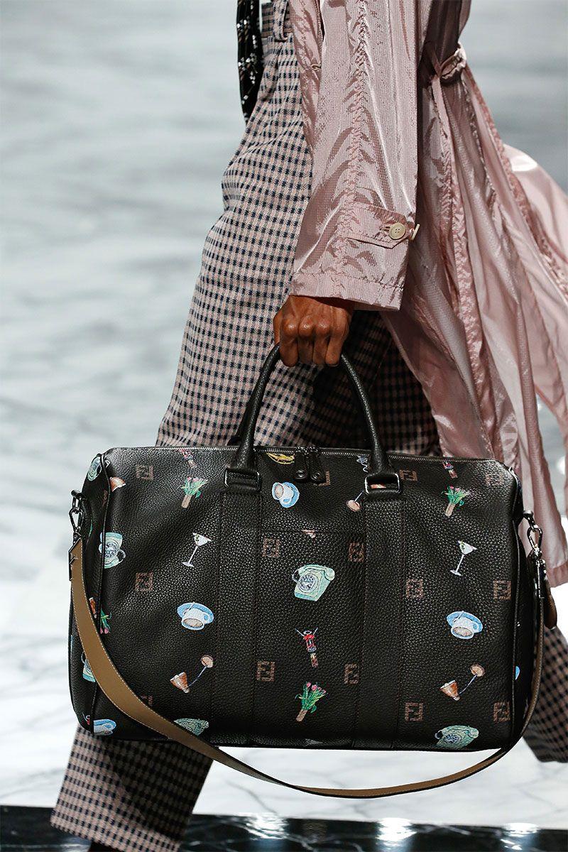 Chiếc túi xách kích thước vừa phải là lựa chọn cho người có dáng thấp