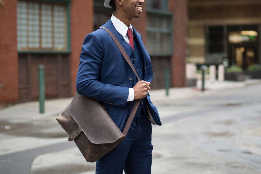 Áp dụng cách chọn túi xách nam hợp dáng người để sở hữu túi xách messenger tuyệt nhất