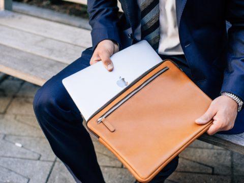 Kết hợp mẫu túi đựng laptop cùng trang phục khiến bạn trở nên sành điệu