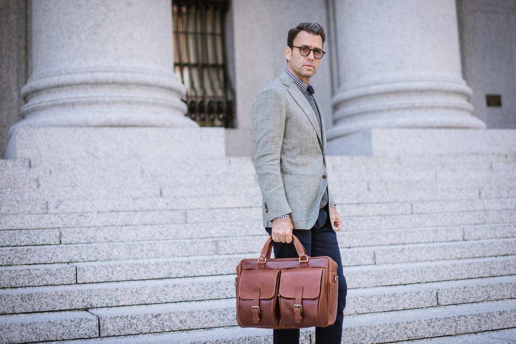 Cách đeo túi xách nam đẹp hợp dáng người vạm vỡ