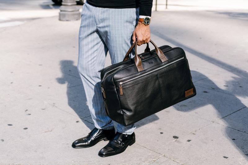 Ai nên mua túi xách nam du lịch?