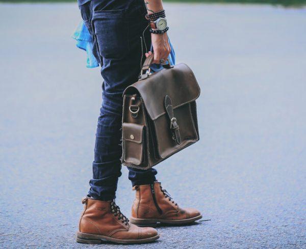 Chọn túi xách nam phù hợp với màu sắc