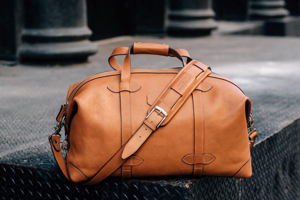 Nên chọn mua túi xách nam du lịch bằng chất liệu gì?