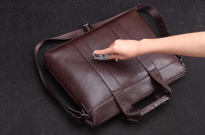 Kiểm tra độ bền khi mua túi xách nam công sở