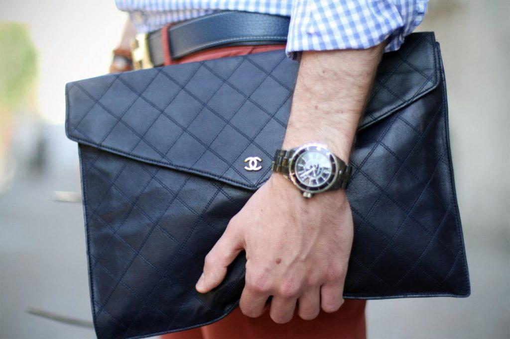 Cầm túi xách trên tay