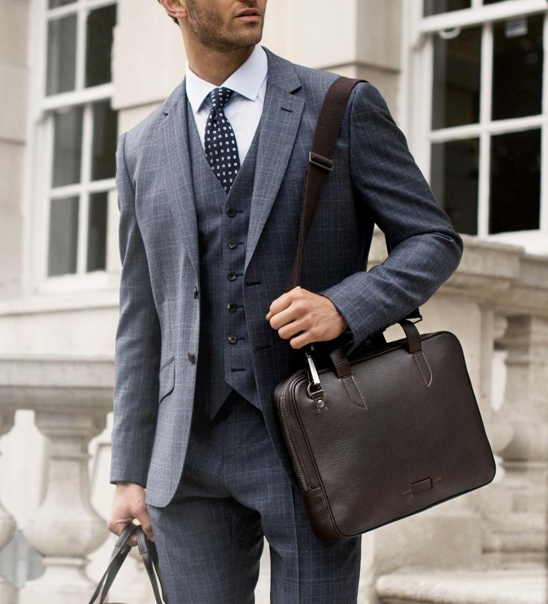 Dành cho những chàng trai ưa chuộng vẻ cổ điển là mẫu túi messenger cho vest hoạ tiết caro