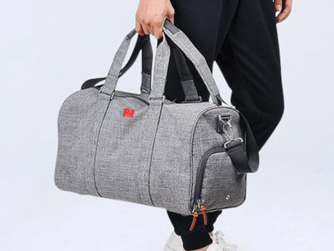 Cách phối trang phục với túi xách nam màu xám