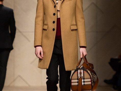 Phối trang phục cực chất cho chàng trai mê túi xách màu nâu