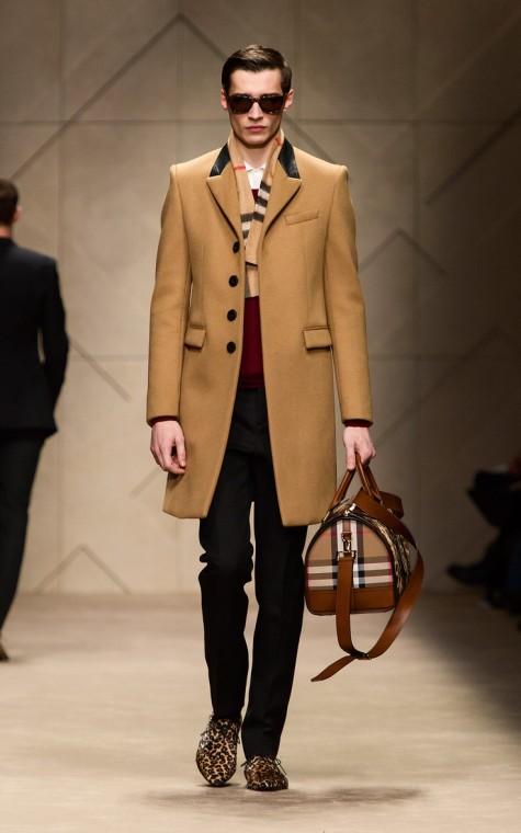 Phối trang phục với túi xách màu nâu camel
