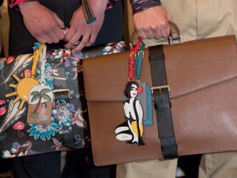 7 nguyên tắc cơ bản giúp chàng trai dễ dàng phối đồ họa tiết với túi xách